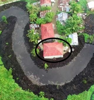 """Casa millonaria construida arriba del canal hecho en 2009 y dejado a fuera de la laguna por el """"pato"""""""