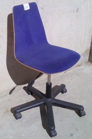 Cadira de fusta amb rodes i tapissat blau