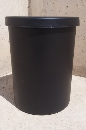 Papelera nueva de plástico de 45 litros de capacidad en cabauoportunitats.com