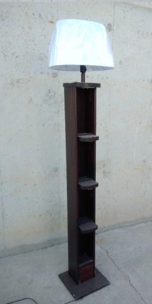 Columna de madera 186cm con lámpara en cabauoportunitats.com