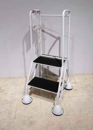 Escala metàl·lica amb rodes de 2 graons en venda a cabauoportunitats.com Balaguer - Lleida - Catalunya