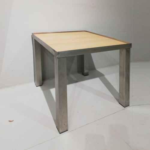 Taula d'acer inoxidable i fusta de 77x77cm de segona mà en venda a cabauoportunitats.com Balaguer - Lleida - Catalunya