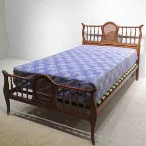 Cama de madera con colchón de estilo clásico en venta en cabauoportunitats.com