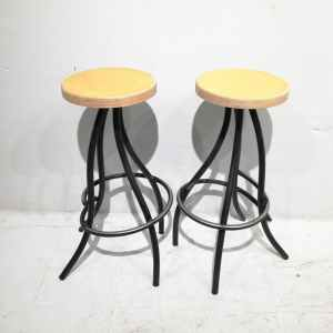 Lot de 2 tamborets negres i fusta de segona mà en venda a cabauoportunitats.com Balaguer - Lleida - Catalunya