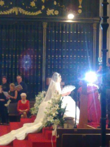 Com sorte você acompanha um casamento na Catedral.