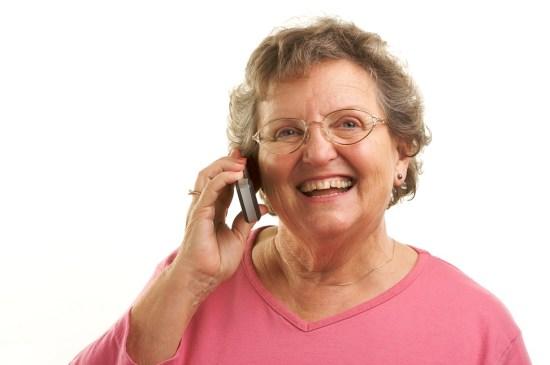 Dame âgée téléphone aide aux aidants - Cabinet Social Stéphanie LADEL