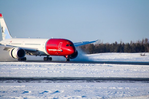Boeing 787 Dreamliner lands at Yellowknife Airport having been diverted - Yellowknife Airport