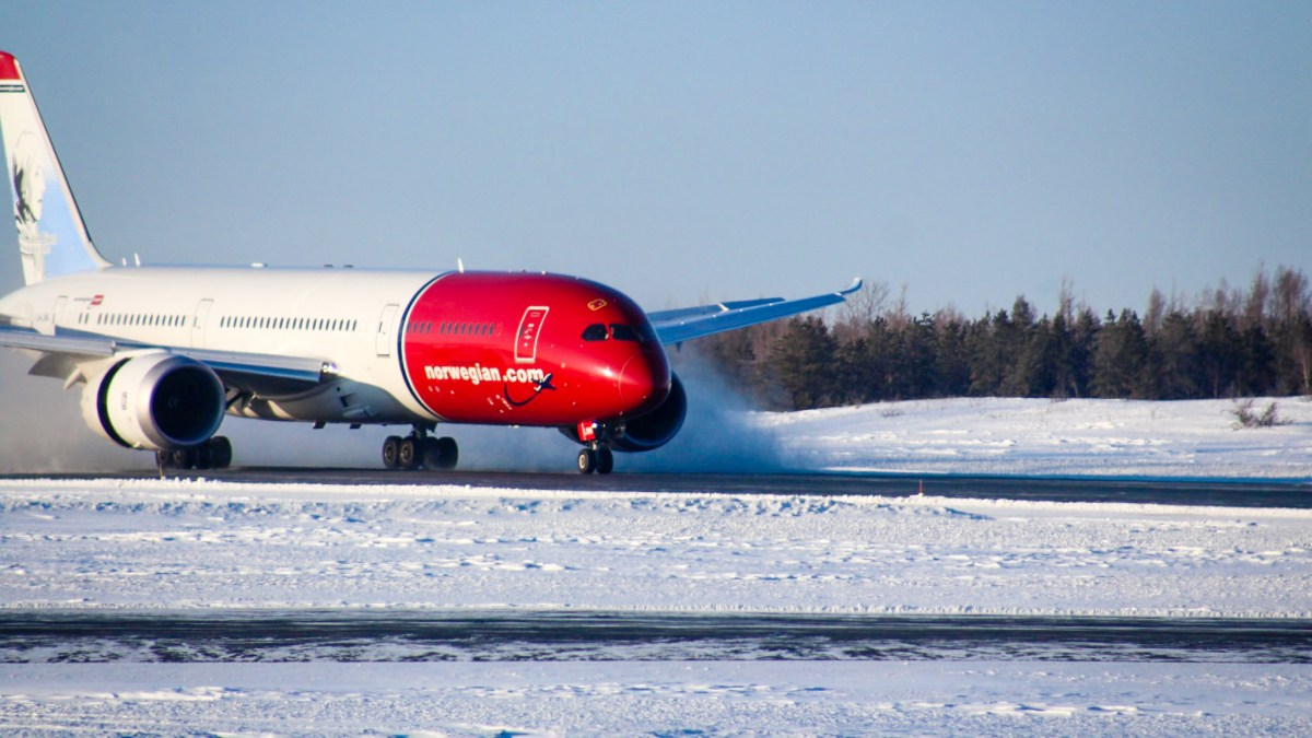 Norwegian Air Dreamliner diverts to Yellowknife Airport