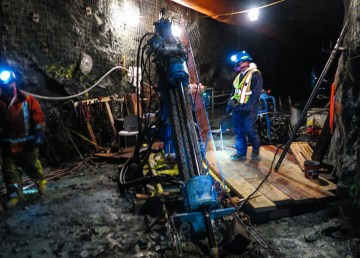 Workers underground at Yellowknife's toxic Giant Mine site - INAC-Twitter