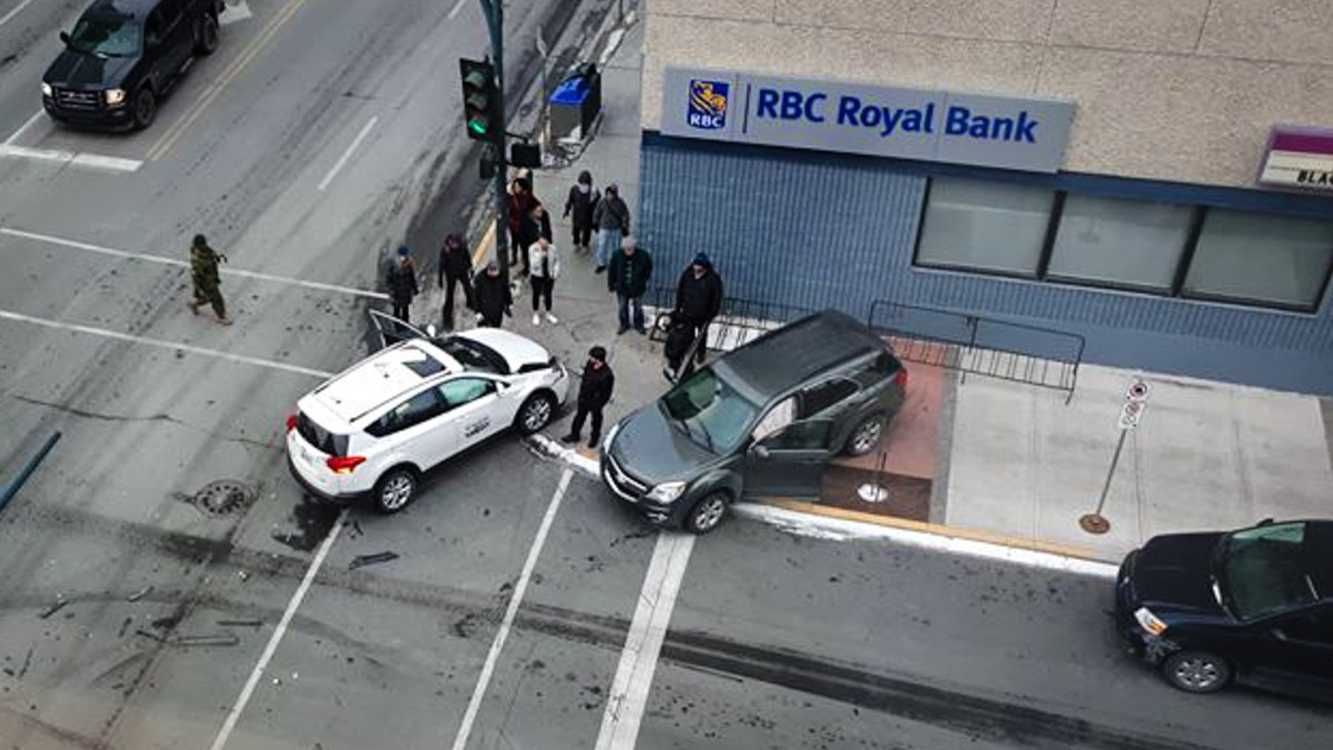 Vehicle collision briefly disrupts downtown Yellowknife