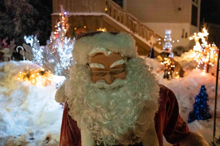 Yellowknife Christmas lights: Santa looking a little aggrieved on Gwilliam Crescent.