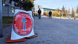 A sign direct voters toward their polling station in Yellowknife North. Sarah Pruys/Cabin Radio