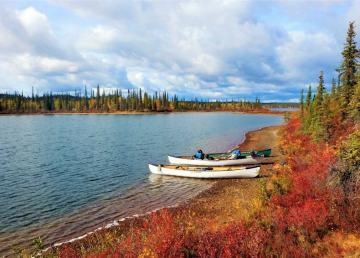 A canoe trail on Tłı̨chǫ land leads from Gameti to Mesa Lake