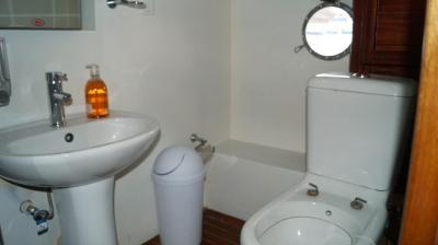 90ft-galeon-bathroom3
