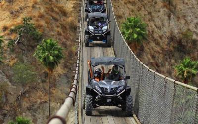 Cabo san lucas Tour en razor cruzando el puente colgante en Wild Canyon