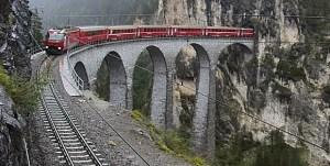 Wenige Minuten vor dem Unglück von Tiefencastel wurde der betroffene Zug von der Webcam beim Landwasserviadukt abgelichtet (Copyright © Rhätische Bahn AG)