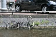Os canais de Amsterdam têm 3 metros de profundidade. Dizem que 1 metro é de areia, 1 metro é de bicicleta e o terceiro é de água ;)
