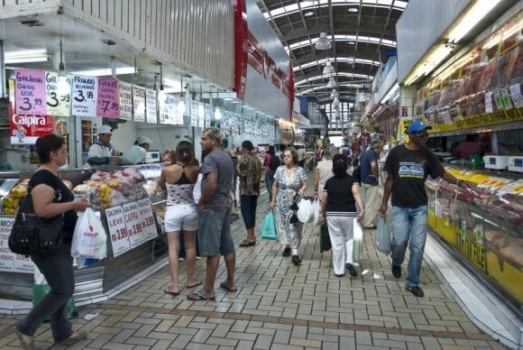 Consumidores fazem compras em supermercado - Foto: Marcelo Camargo