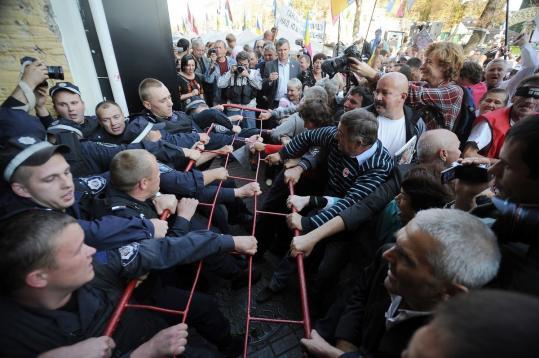 Police blocked supporters of former Ukrainian prime minister Yulia Tymoshenko in Ukraine yesterday.