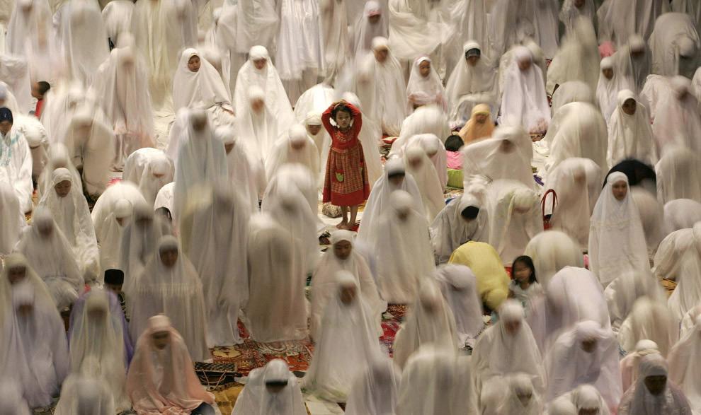 Mujeres musulmanas atienden las pregarias del Ramadán al este de Java, Indonesia, 31/08/2008. REUTERS/Sigit Pamungkas