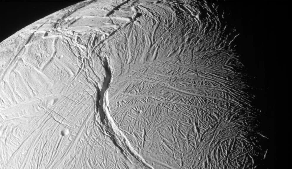 Detalle de un cañón en la superficie helada Encélado, el pequeño satélite de Saturno