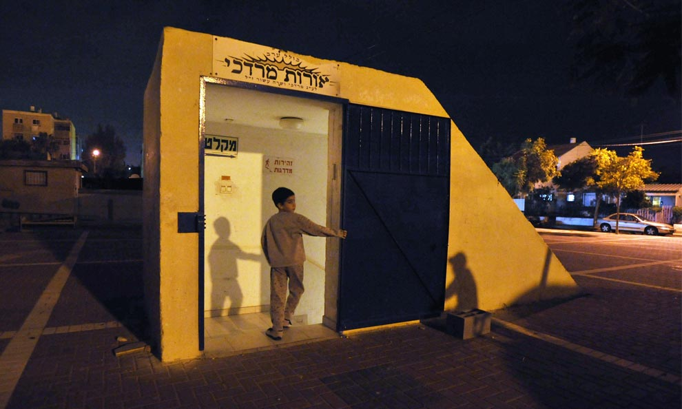 An Israeli boy walks into a bomb shelter in the southern city of Ashkelon, Israel on January 4, 2009. (REUTERS/Amir Cohen)
