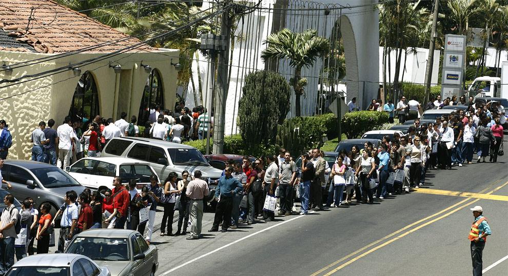 Cientos de desempleados esperan para ingresar a una feria de trabajo en Heredia, Costa Rica, Marzo 6, 2009. La feria atrajo a personas de todo el país.