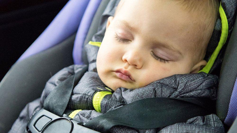 attachez bebe dans son siege auto