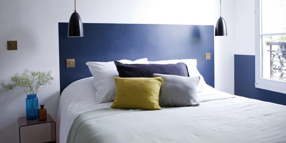 chambre avec tete de lit couleur bleue