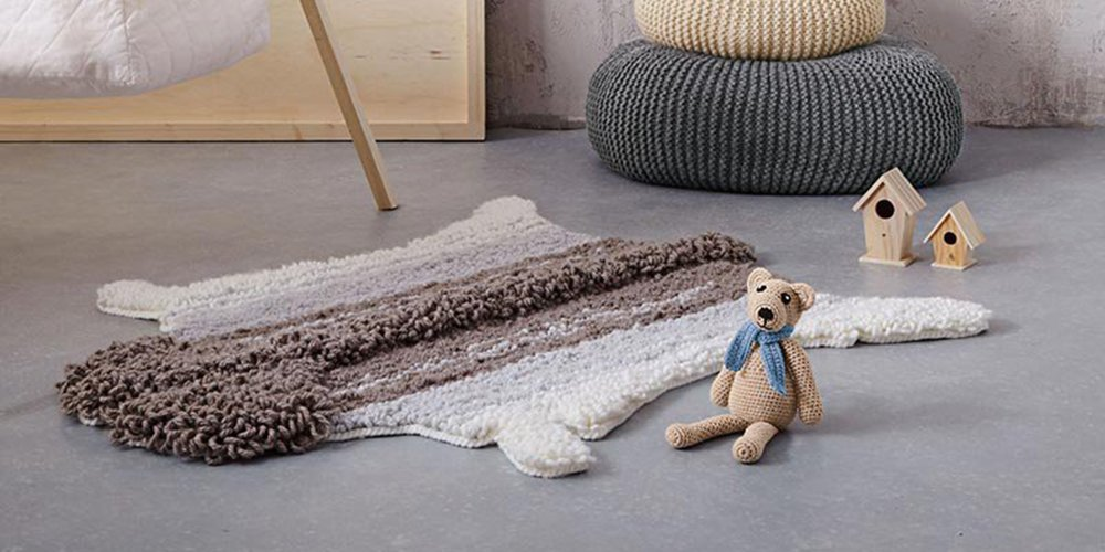 un tapis de peau de mouton en tricot
