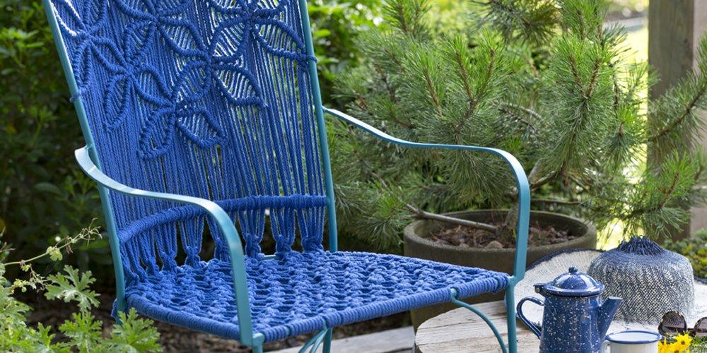 un fauteuil de jardin decore de macrame