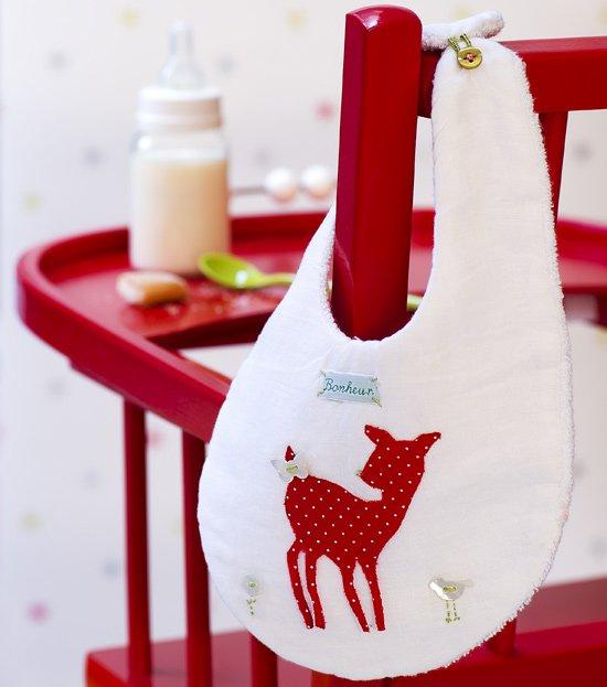 Bavoir en cotonnade et éponge blanche appliqué d'un faon en tissu rouge à pois et boutons