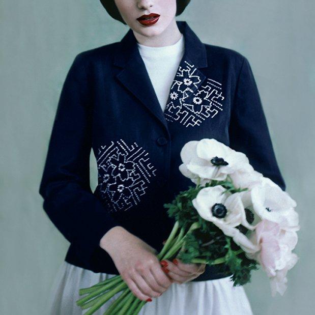 Veste bleu marine aux pans brodés de motifs japonais