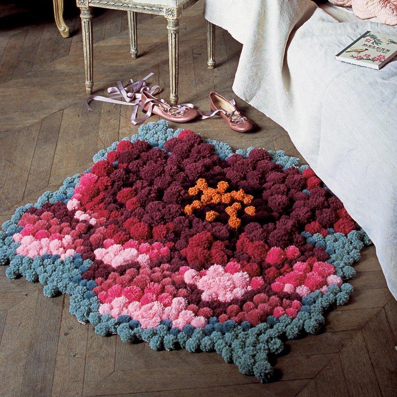 un tapis fait de pompons colores