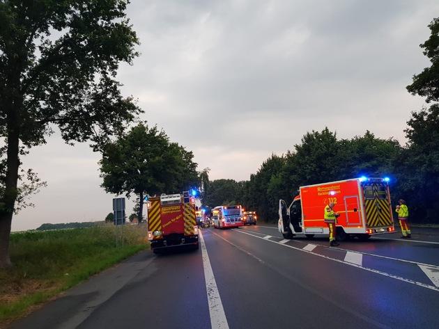 FW-RE: Schwerer Verkehrsunfall mit Linienbus - eine schwerst verletzte Person