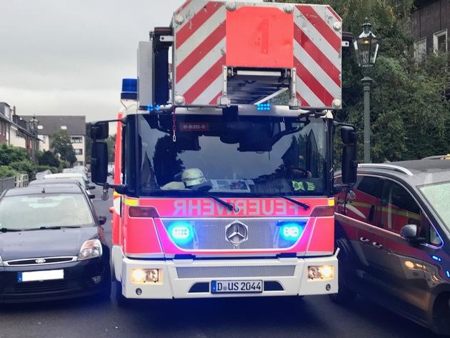 FW-D: Falschparker behindern Drehleiter der Feuerwehr im Einsatz - Hilfloser Patientin konnte mit Verzögerung geholfen werden