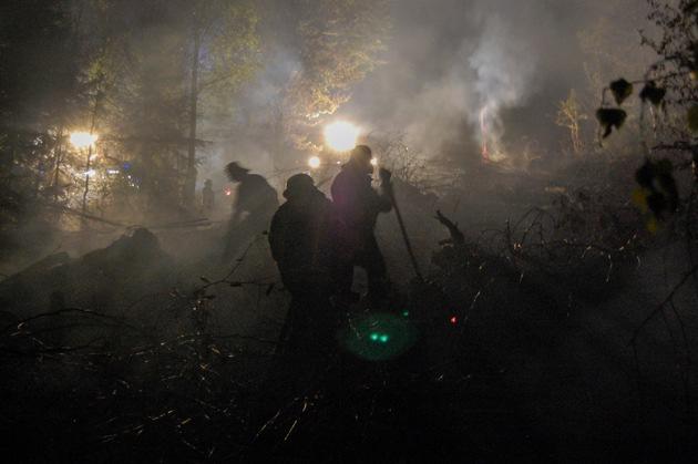 KFV-CW: Waldbrand bei Schömberg OT Bieselsberg. Polizeihubschrauber unterstützt Feuerwehr.