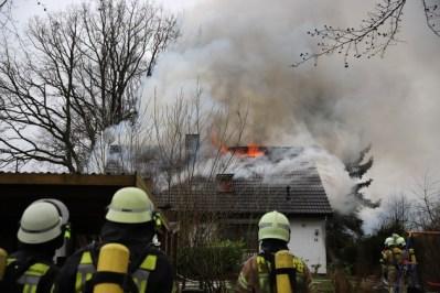 FW-SE: Großfeuer zerstört Einfamilienhaus - Drei Verletzte
