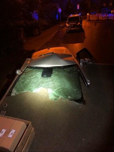 POL-BI: SUV prallt gegen stehenden Lkw