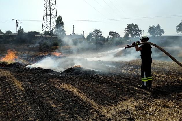 FW-KLE: Flächenbrand greift auf Lagerhalle über / Wohnhäuser in Gefahr