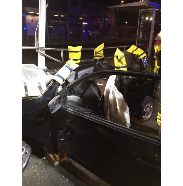 FW-GE: Auto verunfallt in Straßenbahnhaltestelle