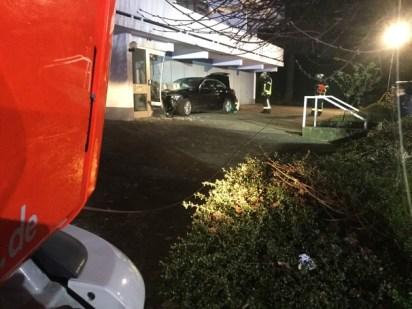 FW-BN: PKW fährt in Hauseingang in Poppelsdorf / Eine leicht verletzte Person