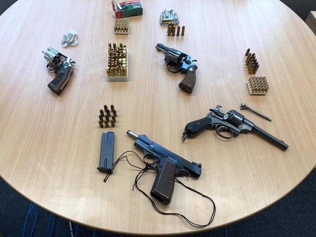 POL-D: Düsseldorf/Neuss - Empfindlicher Schlag gegen Drogenhändler - Spezialeinheiten nehmen zwei Tatverdächtige fest - Drogen, Bargeld und Waffen sichergestellt