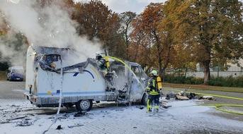 FW-WRN: FEUER_2 - LZ1 - brennt Wohnmobil, eine Person noch drin