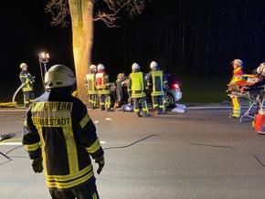 FW-OE: Verkehrsunfall mit einer eingeklemmten Person