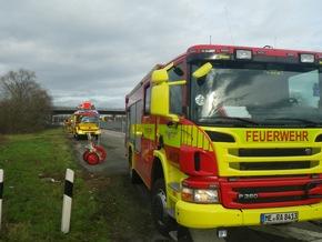 FW Ratingen: schwerer LKW- Unfall in Ratingen - LKW umgekippt - 700l Dieselkraftstoff ausgelaufen - bebildert
