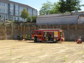 FW-Heiligenhaus: Fahrzeug stürzt vier Meter in die Tiefe - Eine Person befreit. (Meldung 17/2019)