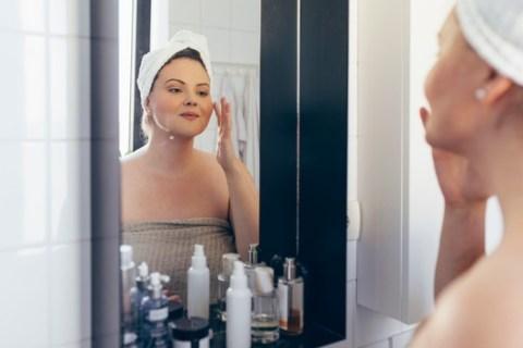 Apothekertipp: Diese Extra-Pflege braucht Ihre Haut jetzt