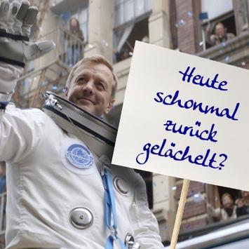 """Welt-Nettigkeitstag (13.11.): """"Sei freundlich!"""" – Tempo sendet eine klare Botschaft / Umfrage: 89 Prozent der Deutschen lassen sich vom Lächeln eines Fremden anstecken"""