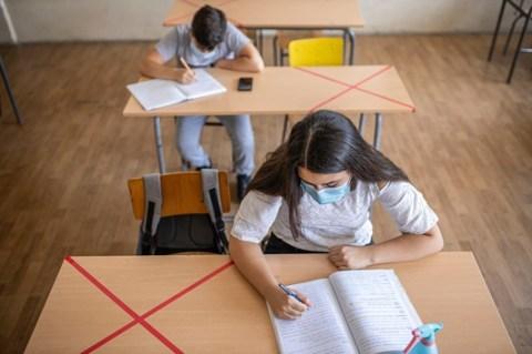 """Schule in Corona-Zeiten: Reichen die Schutzmaßnahmen? Mehr als die Hälfte der Eltern hält die bisher getroffenen Corona-Maßnahmen für richtig, so eine Umfrage des Apothekenmagazins """"Baby und Familie"""""""